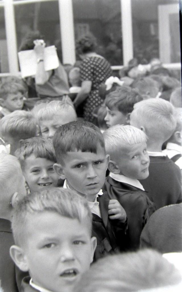 3. Rozpoczęcie roku szkolnego w SP nr 4 w Olkuszu, początek lat  60-tych. Fot. Jan Nosowicz.