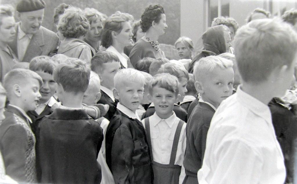 4. Rozpoczęcie roku szkolnego w SP nr 4 w Olkuszu, początek lat  60-tych. Fot. Jan Nosowicz.