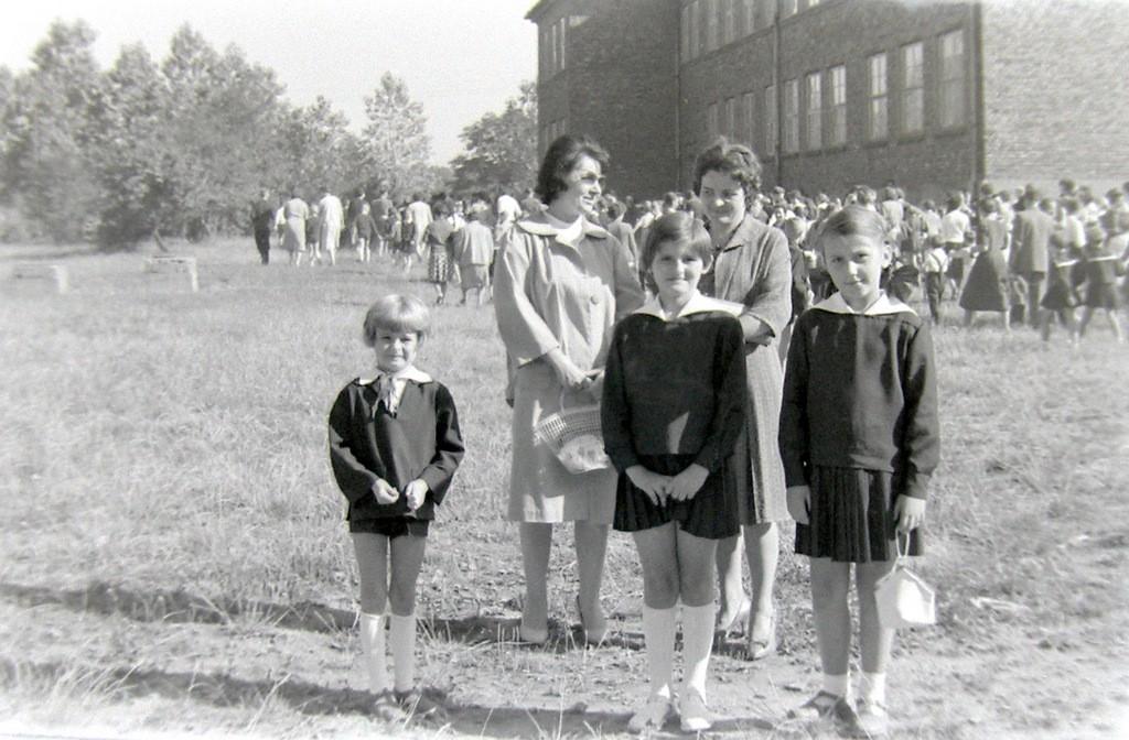 6. Rozpoczęcie roku szkolnego w SP nr 1 w Olkuszu, początek lat  60-tych. Fot. Jan Nosowicz.