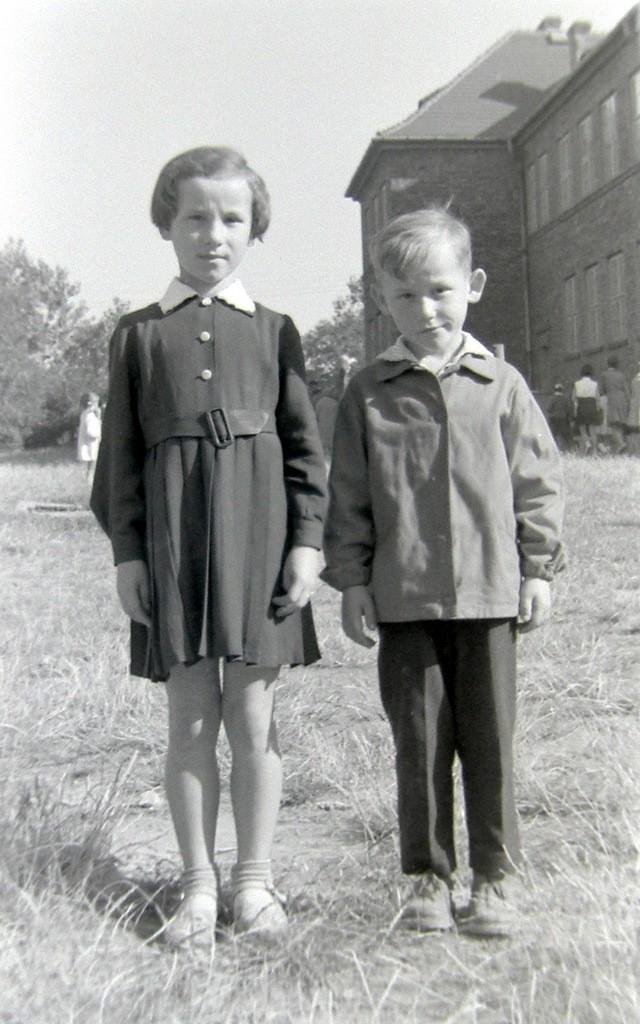 7. Rozpoczęcie roku szkolnego w SP nr 1 w Olkuszu, początek lat  60-tych. Fot. Jan Nosowicz.