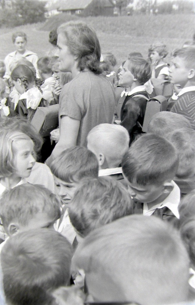 8. Rozpoczęcie roku szkolnego w SP nr 4 w Olkuszu, początek lat  60-tych. Fot. Jan Nosowicz.