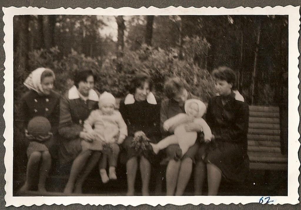 9. Uczennice VII klasy w lasku przy SP nr 3 w Olkuszu, rok 1963. Fot.  Ze zbiorów Piotra Nogiecia.