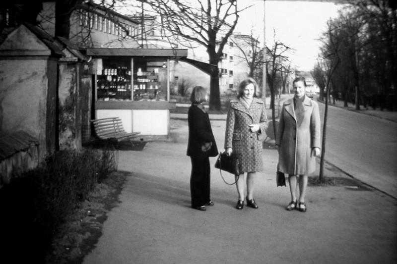 1. Kiosk przy starym cmentarzu - połowa lat 70-tych. Fot. Ze  zbiorów Piotra Nogiecia.
