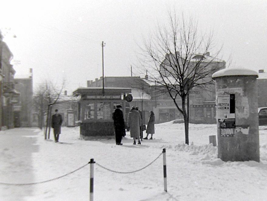 2. Kiosk Ruch na rynku, początek lat 60-tych. Fot. Jan Nosowicz.
