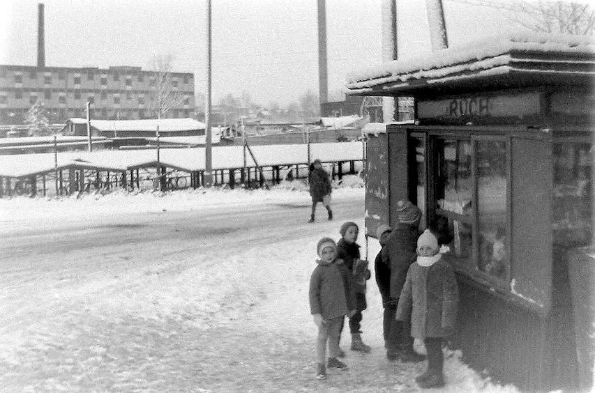 4. Kiosk Ruch przy Szkole Podstawowej nr 3. Rok 1967. Fot. Leszek  Korzeniowski.