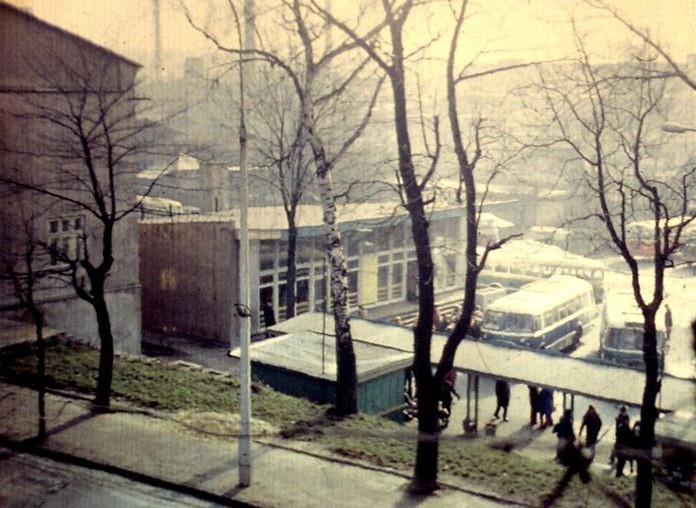 6. Kiosk spożywczy i mały fragment kiosku Ruch na dworcu PKS,  połowa lat 70-tych. Fot. Piotr Nogieć.