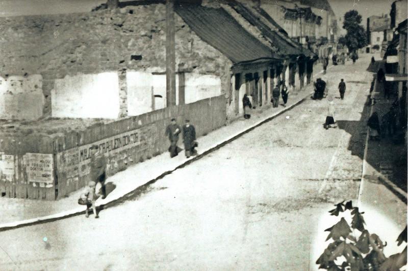 1. Fragment ulicy Krakowskiej. Ogrodzony teren bod budowę. Fot. Ze  zbiorów Piotra Nogiecia.
