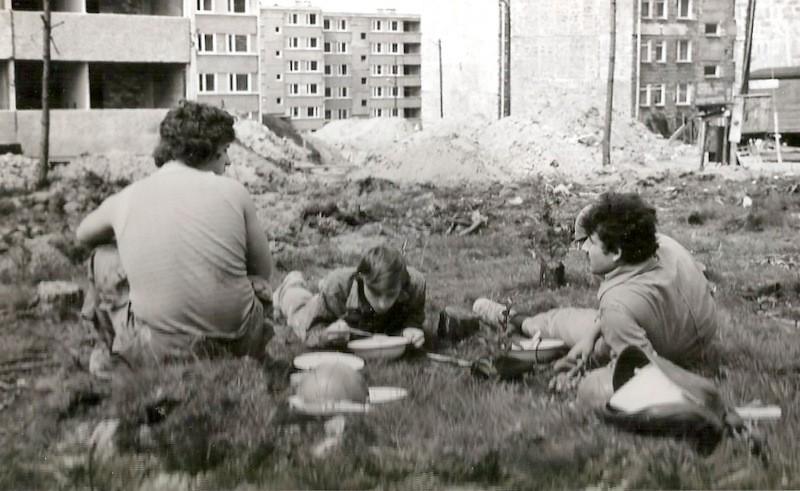 13. Budowa osiedla Pakuska, połowa lat 70-tych, praktyka Technikum Budowlanego.  Fot. Ze zbiorów Piotra Nogiecia.