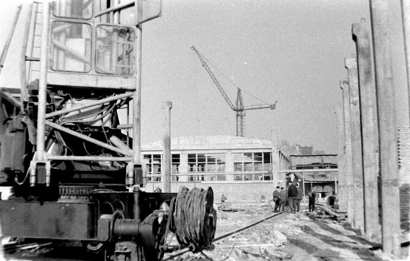 4. Odbudowa OFNE po pożarze, lata 60-te.  Fot. Ze zbiorów Piotra  Nogiecia.