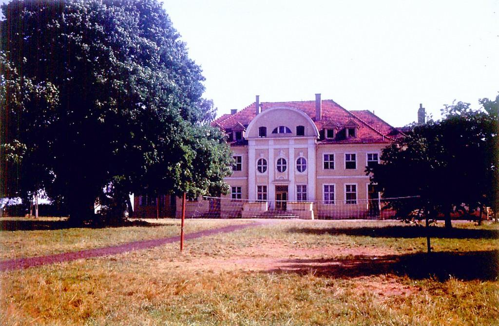 12. Budynek kolonii letniej w Trzcińcu. 1975 rok. Fot. ze zbiorów  Piotra Nogiecia.
