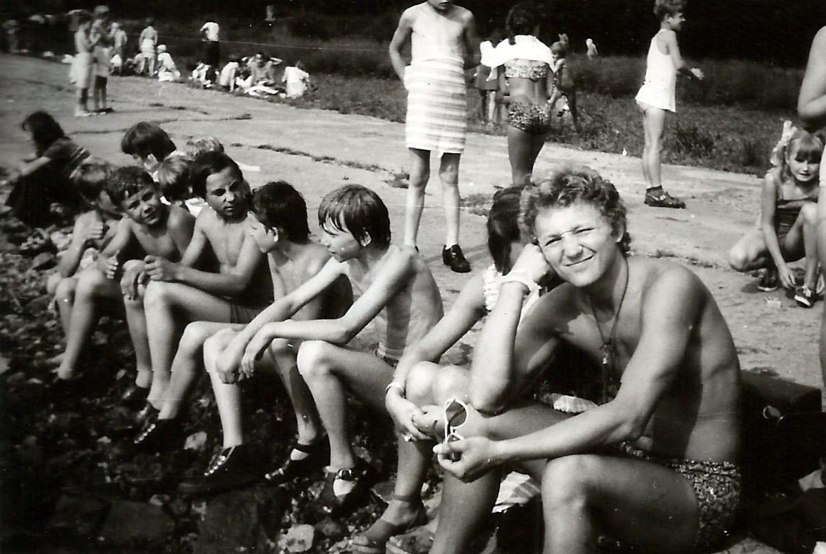 19. Kolonia w Żywcu, 1976 rok. Nad Koszarawą. Fot. ze zbiorów Piotra Nogiecia.