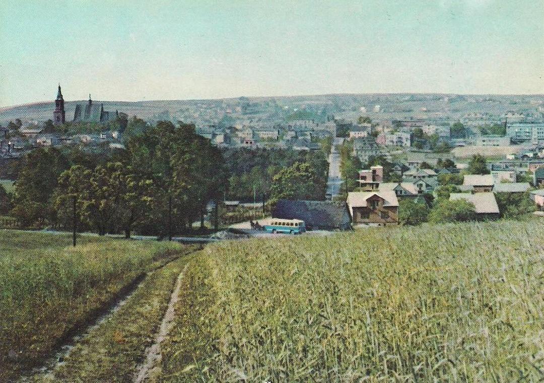 20. Widok Olkusza od Krzyża, rok 1968. Fot. Pocztówka ze zbioru Piotra Nogiecia.