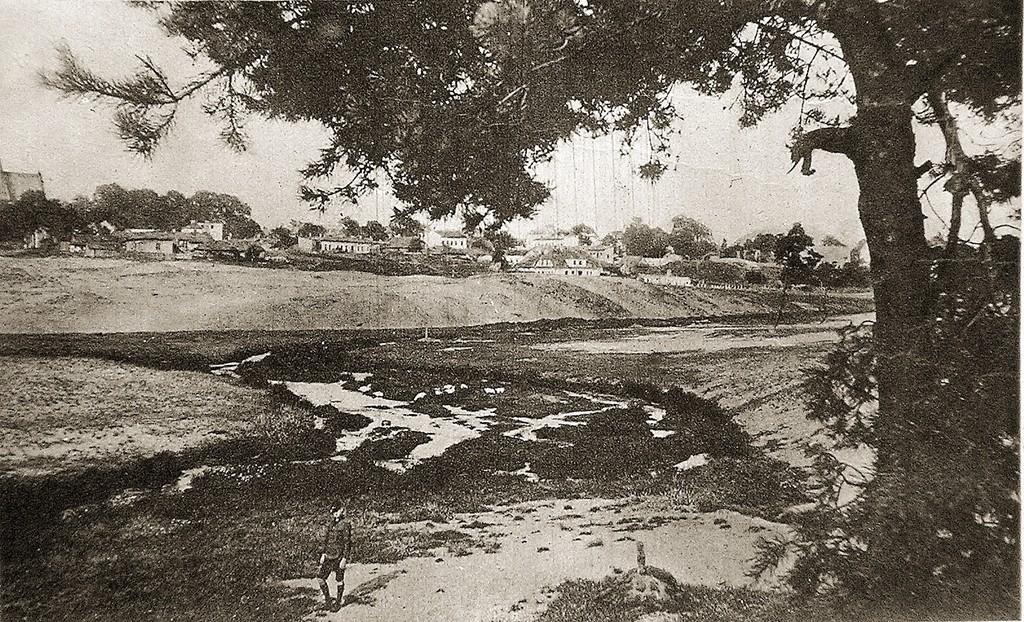 7. Widok Olkusza od południa, pocz. XX wieku. Na pierwszym planie rozlewisko rzeki Baby. Fot. ze zbiorów Piotra Nogiecia.