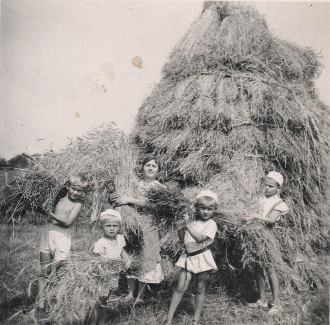 1. Mali mieszkańcy jednej z podolkuskich wiosek podczas prac  rolnych. Zdjęcie wykonano przed wybuchem II wojny światowej. Fot. Z archiwum Leszka Kluczewskiego.