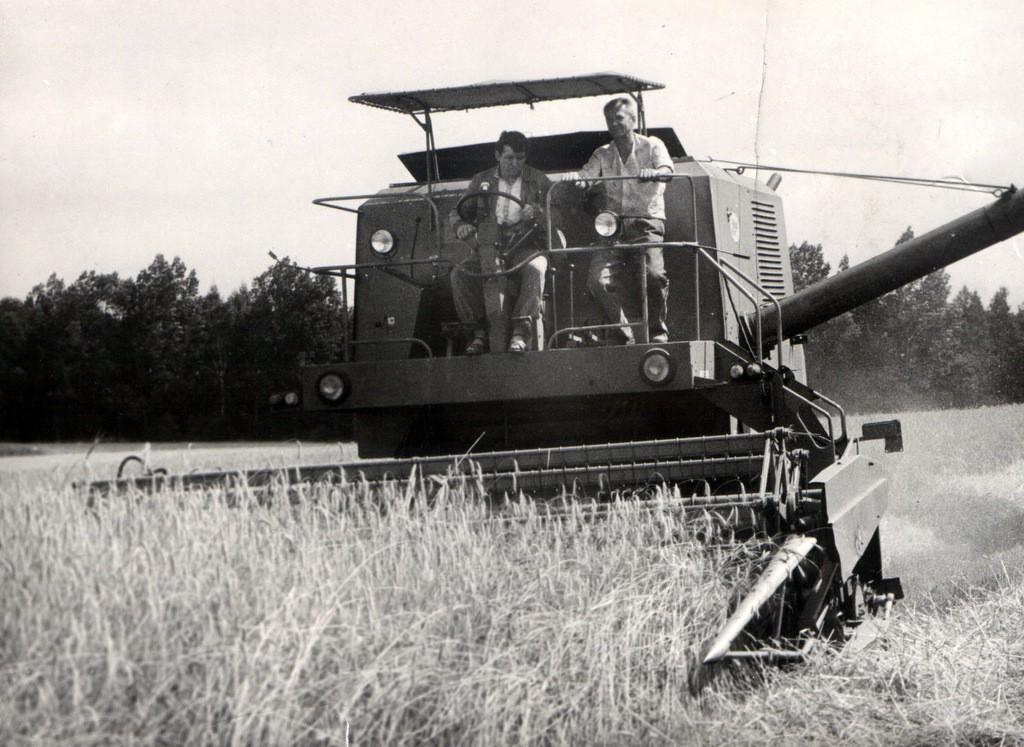 5. Kombajn na polu, lata 80-te. Fot. Jan Nosowicz.