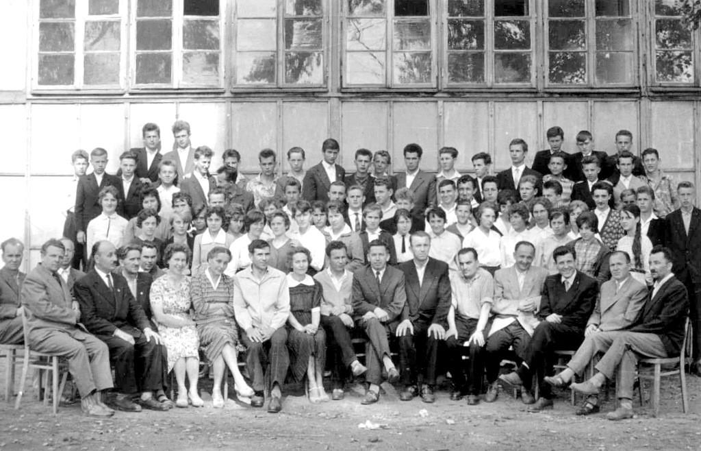 15. Uczniowie i nauczyciele przed szkołą fabryczną na Nowym Placu,  lata 50-te. Fot. Ze zbiorów Piotra Nogiecia.