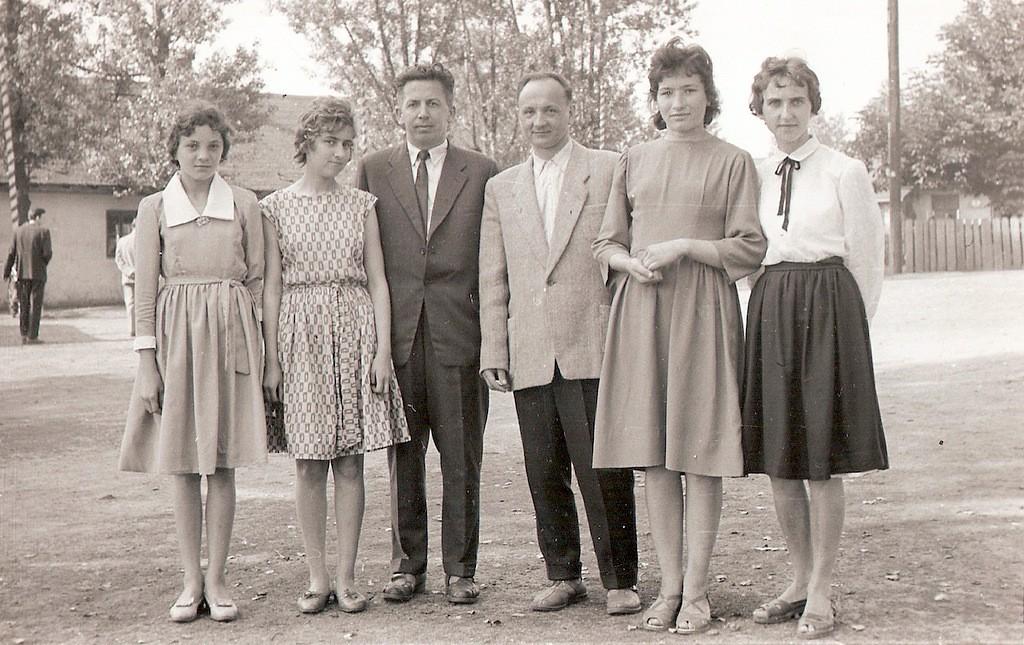 16. Absolwentki i nauczyciele szkoły fabrycznej 1967 rok. W tle Kino
