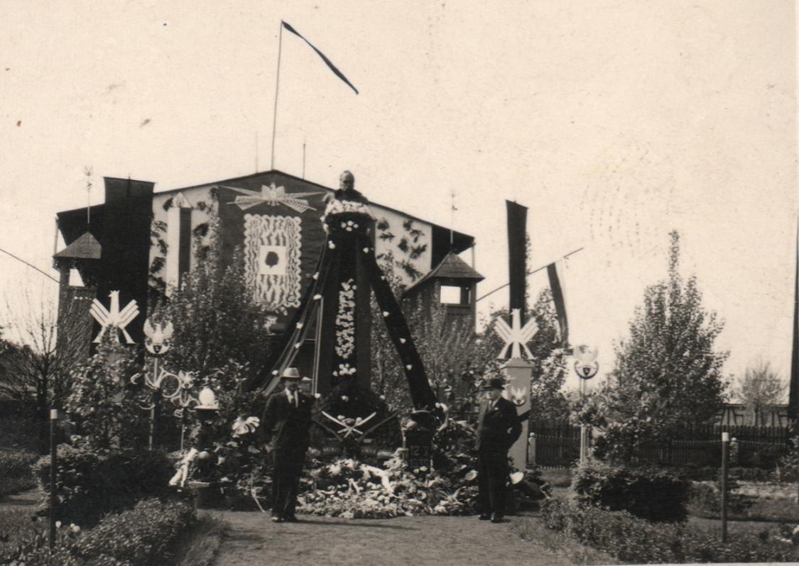 19. Nowy Plac Fabryczny. Rocznica śmierci Józefa Piłsudskiego, maj 1939. Fot. Ze zbiorów Leszka Kluczewskiego.
