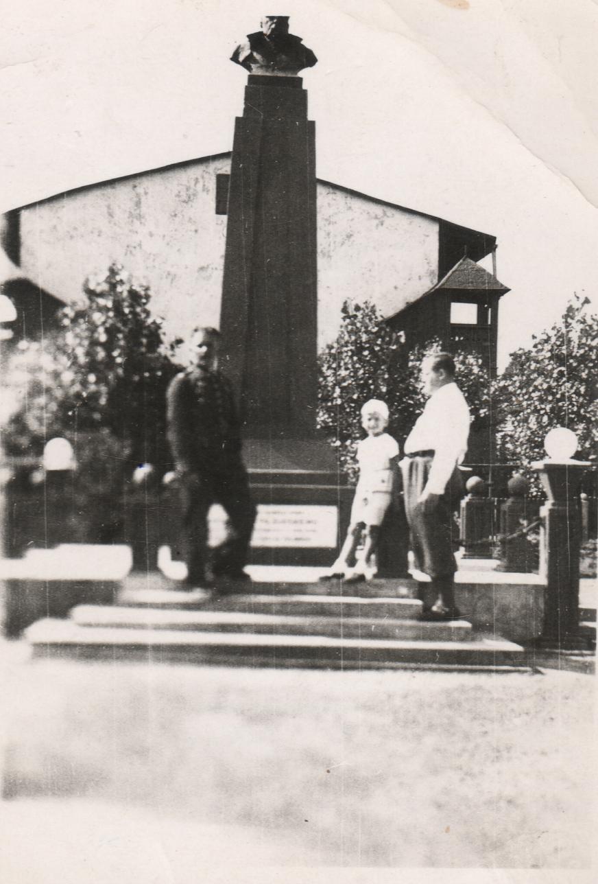 20. Nowy Plac Fabryczny i pomnik Józefa Piłsudskiego, rok 1938. Fot. Ze zbiorów Leszka Kluczewskiego.