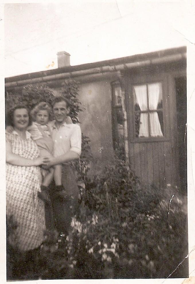 8. Rodzina na Placu przed domem. Fot. Ze zbiorów rodziny Miśków.