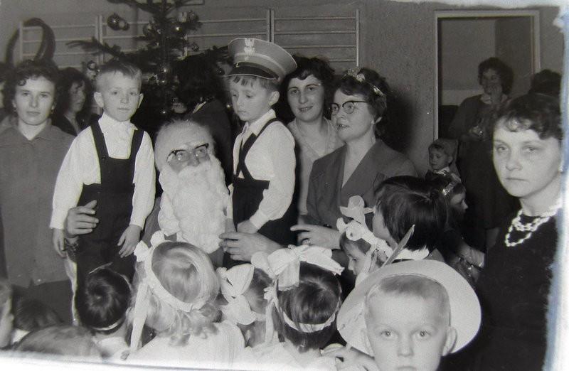 11. Fotografia ze św. Mikołajem. Lata 60-te. Fot. Jan Nosowicz.