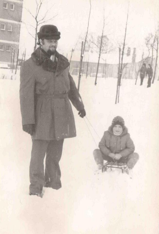 16. Mieszkańcy Olkusza podczas zimowego spaceru na ulicy Bylicy. W  tle kaflarnia. Fot. Ze zbiorów Tadeusza Barczyka.