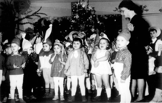 22. Zabawa choinkowa w przedszkolu OFNE. Połowa lat 60-tych. Fot.  Jan Nosowicz.