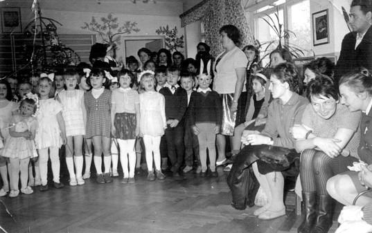23. Zabawa choinkowa w przedszkolu OFNE. Połowa lat 60-tych. Fot.  Jan Nosowicz.