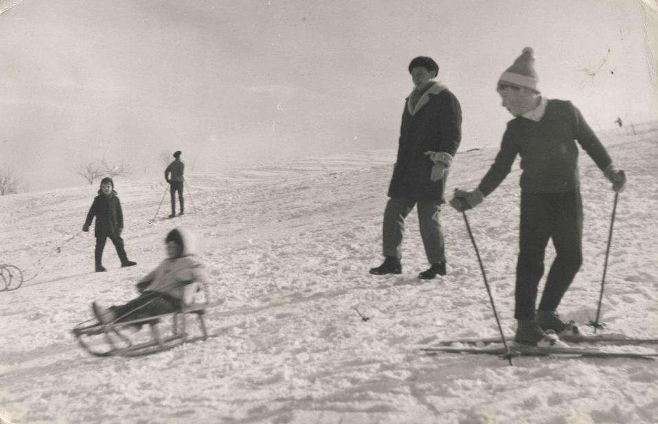 24. Mieszkańcy Olkusza na nartach i sankach chętnie jeździli na  górkach na zachód od osiedla Młodych. Fot. Ze ziorów Elżbiety Waś.
