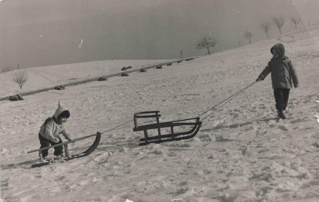 25. Mieszkańcy Olkusza na nartach i sankach chętnie jeździli na  górkach na zachód od osiedla Młodych. Fot. Ze ziorów Elżbiety Waś.