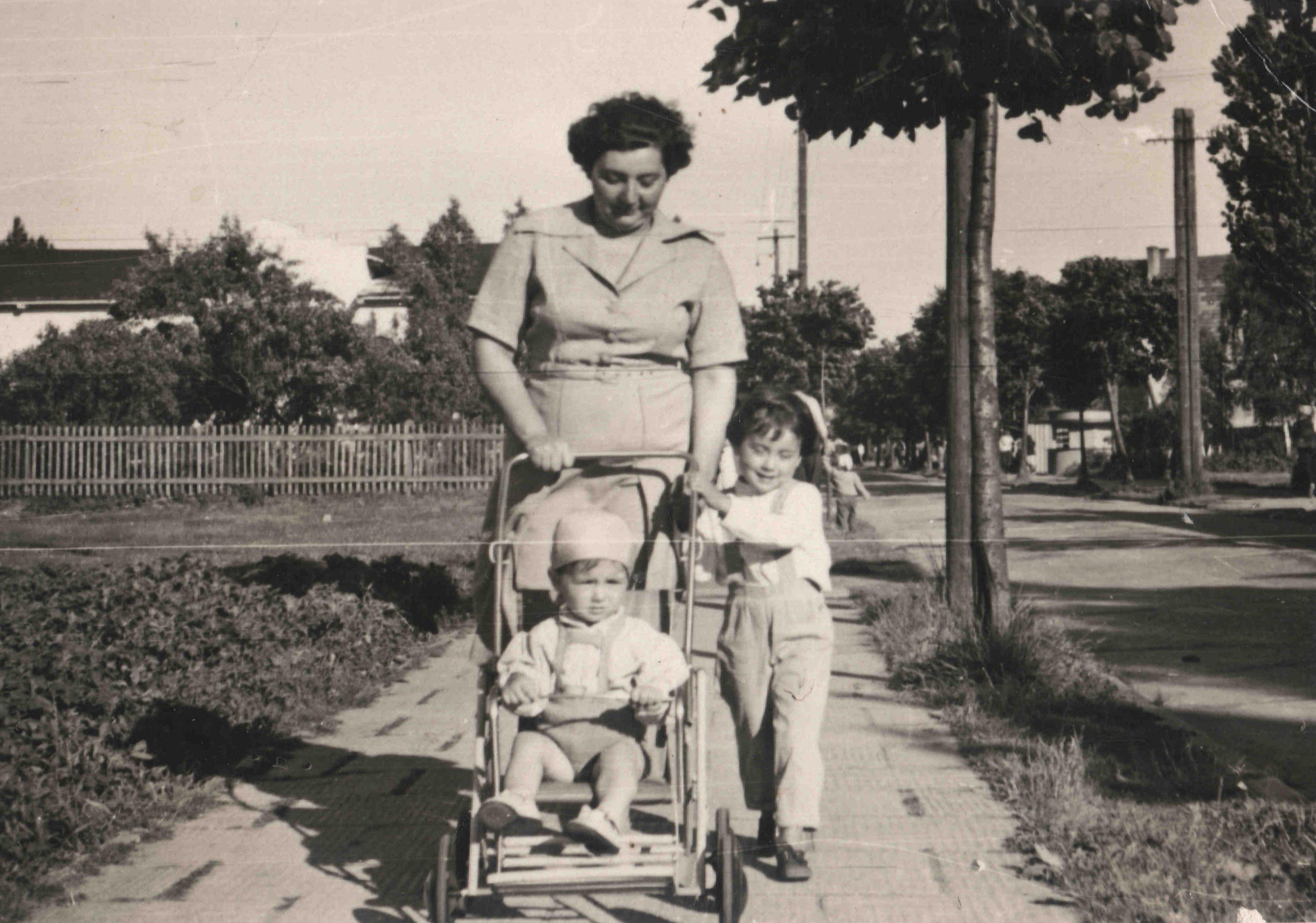15. Olkuszanka na spacerze z dziećmi, prawdopodobnie w okolicach Czarnej Góry. Fot. Ze zbiorów Elżbiety Waś.
