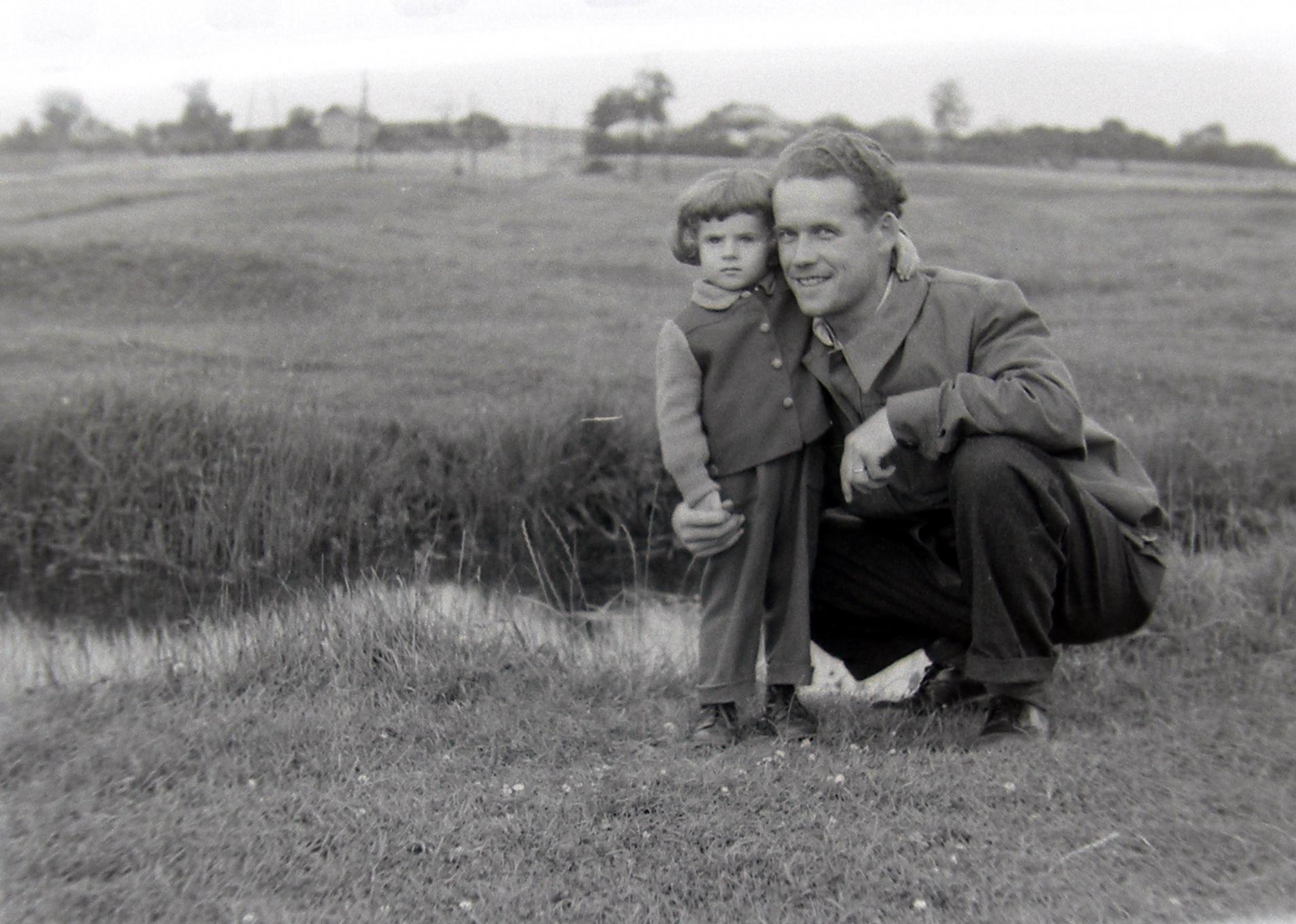 2. Fotograf Jan Nosowicz na spacerze z synem Tomaszem. Fot. Ze zbioru rodziny Nosowiczów.