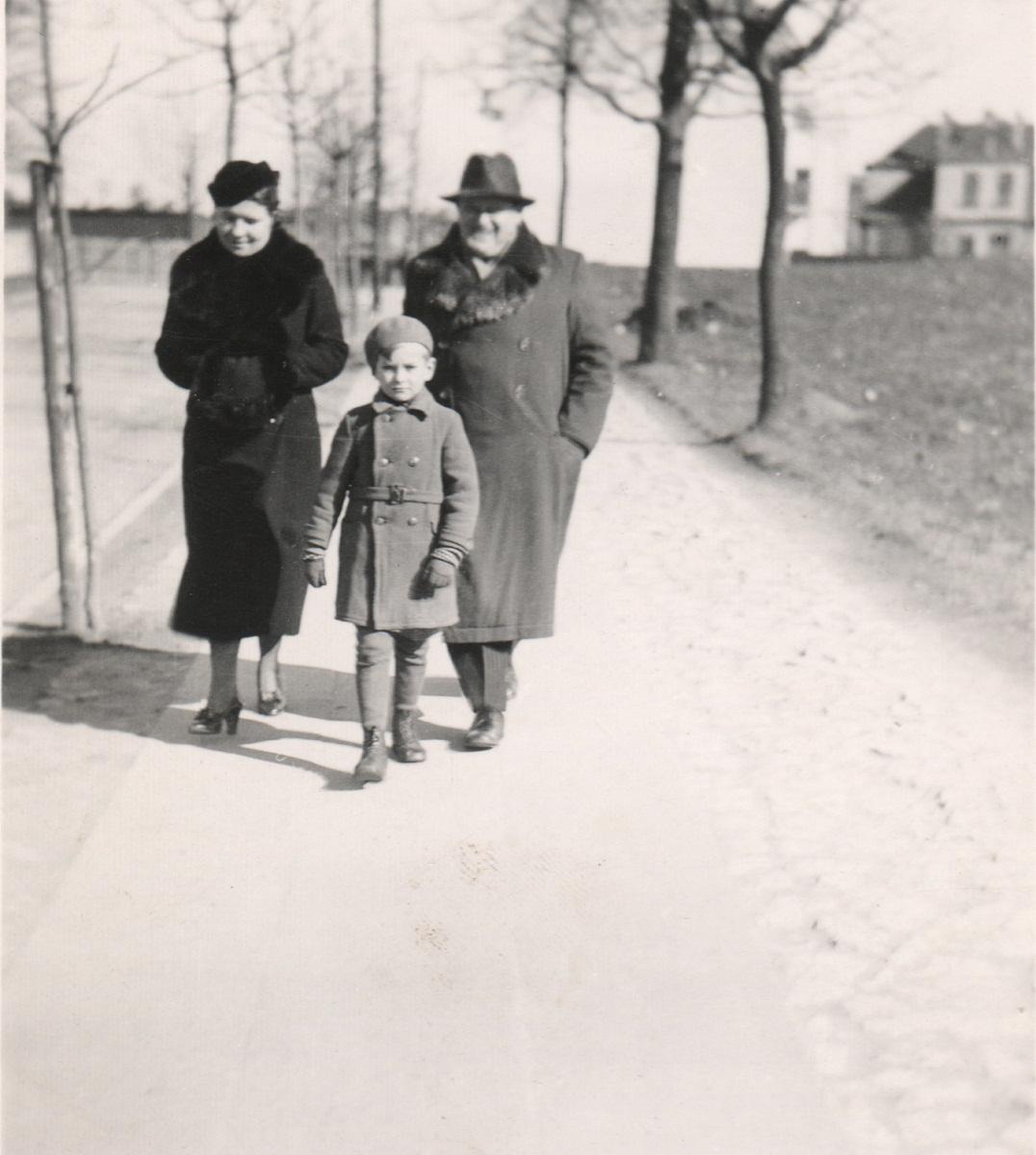 41. Spacer ulicą 1 Maja (dzisiaj K.K. Wielkiego), po lewej Stary Cmentarz. Rok 1938. Fot. Ze zbiorów Leszka Kluczewskiego.
