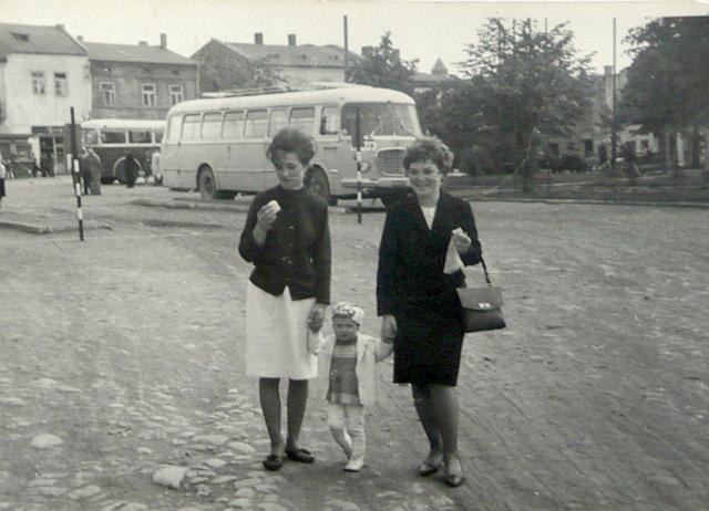5. Na olkuskim rynku, lata 60-te. Fot. Ze zbioru Jagody Dąbek.