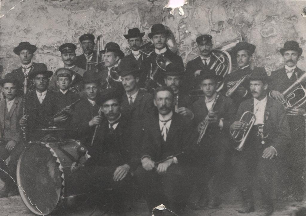 15. Pierwsza orkiestra kościelna założona przez Szczepana Grada.  Lata 20-te. Fot. Ze zbioru rodziny Barczyków.