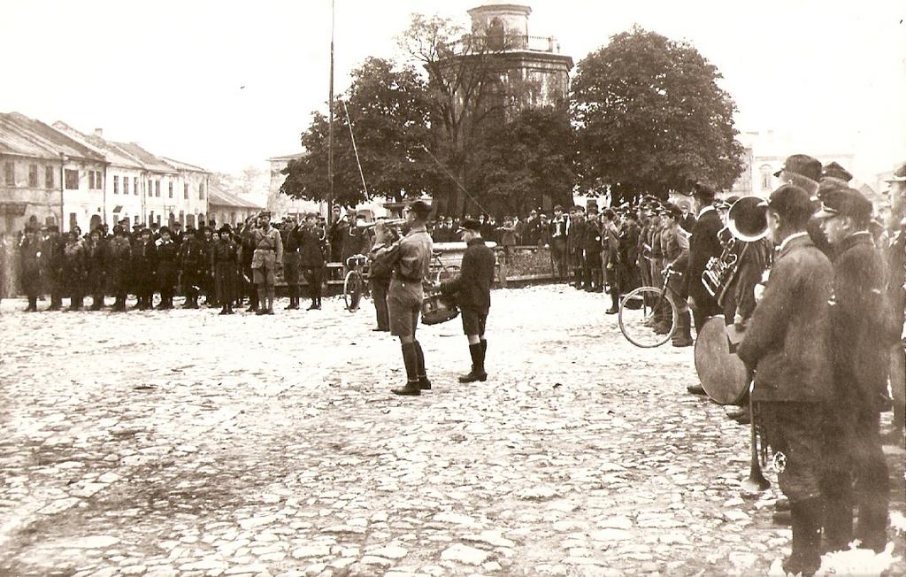 16. Zespół harcerzy podczas apelu. Okres międzywojenny. Fot. Ze  zbiorów Muzeum Regionalnego PTTK w Olkuszu.