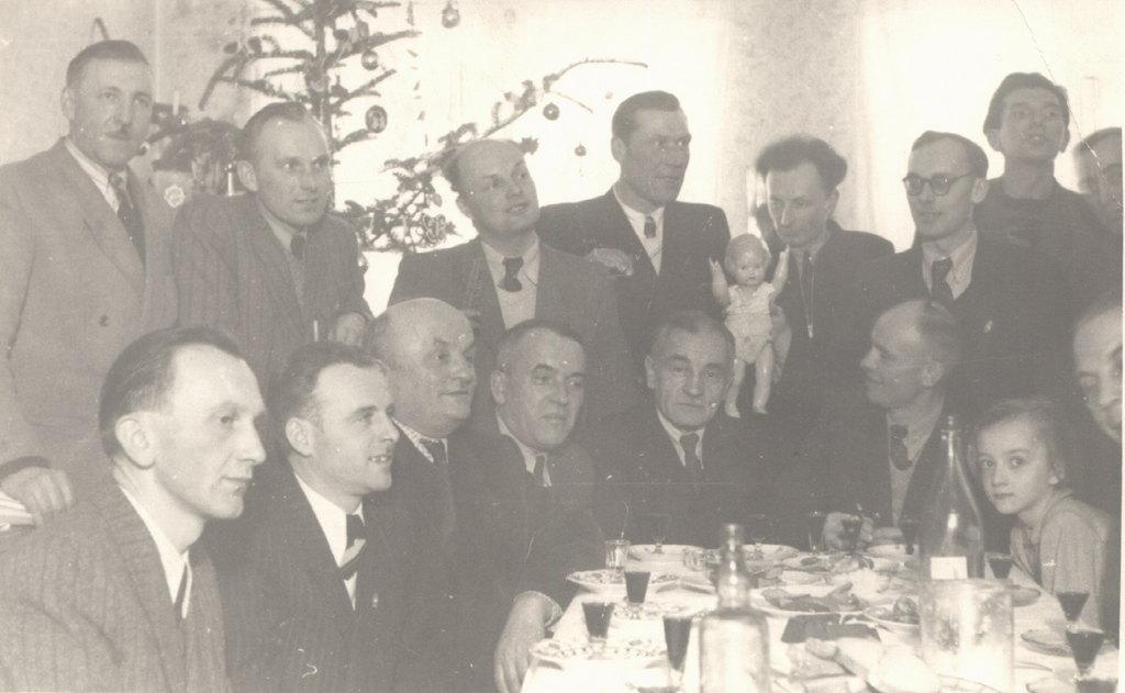 21. Spotkanie chórzystów w domu p. Kubiczka (dyrygenta). Lata  50-te. Fot. Ze zbiorów rodziny Kostulskich.