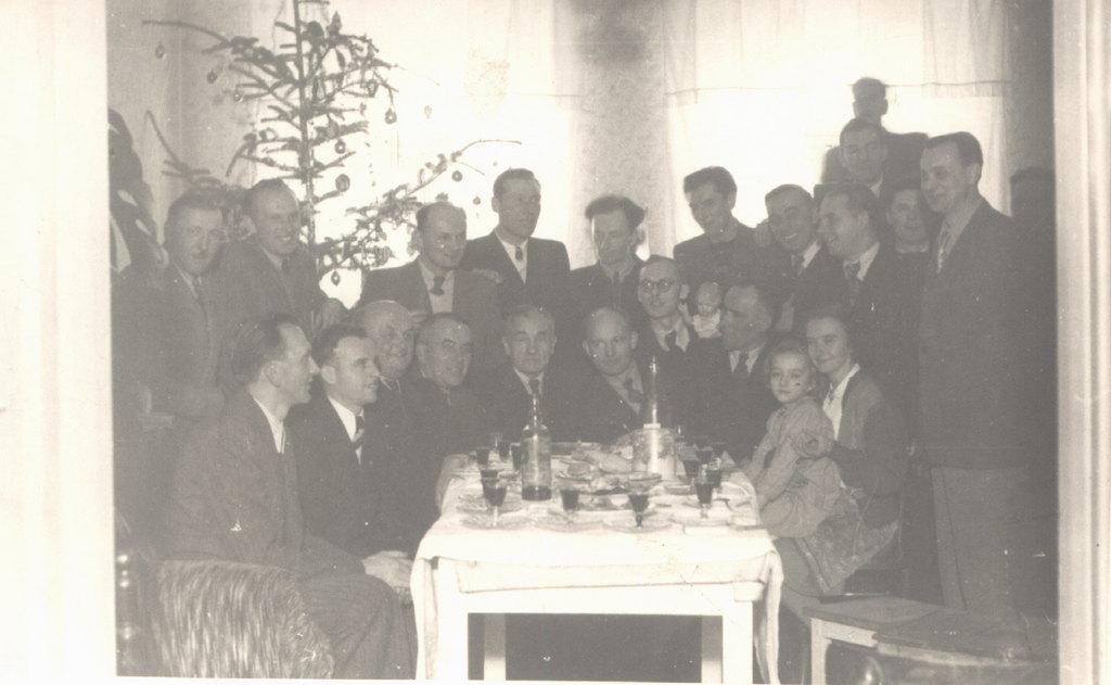 22. Spotkanie chórzystów w domu p. Kubiczka (dyrygenta). Lata  50-te. Fot. Ze zbiorów rodziny Kostulskich.