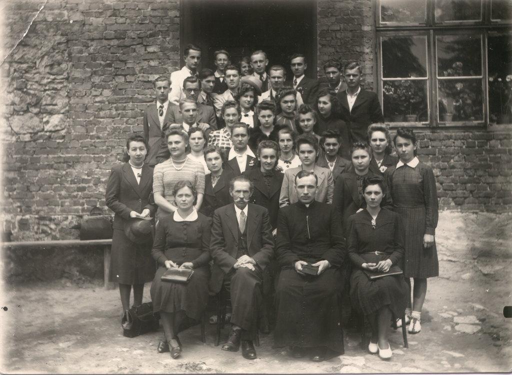 25. Chór Hejnał, lata 50-te. Plac przy kościele. Fot. Ze zbiorów  Krystyny Kocjan.