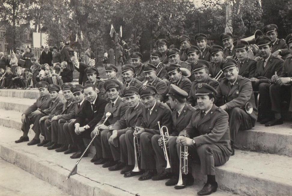 31. Orkiestra dęta OFNE na stadionie. Lata 70-te. Fot. Z archiwum Wiesława Drygały.