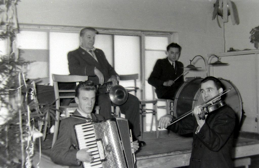 4. Zespół muzyczny na zabawie w OFNE, lata 60-te. Fot. Jan  Nosowicz.