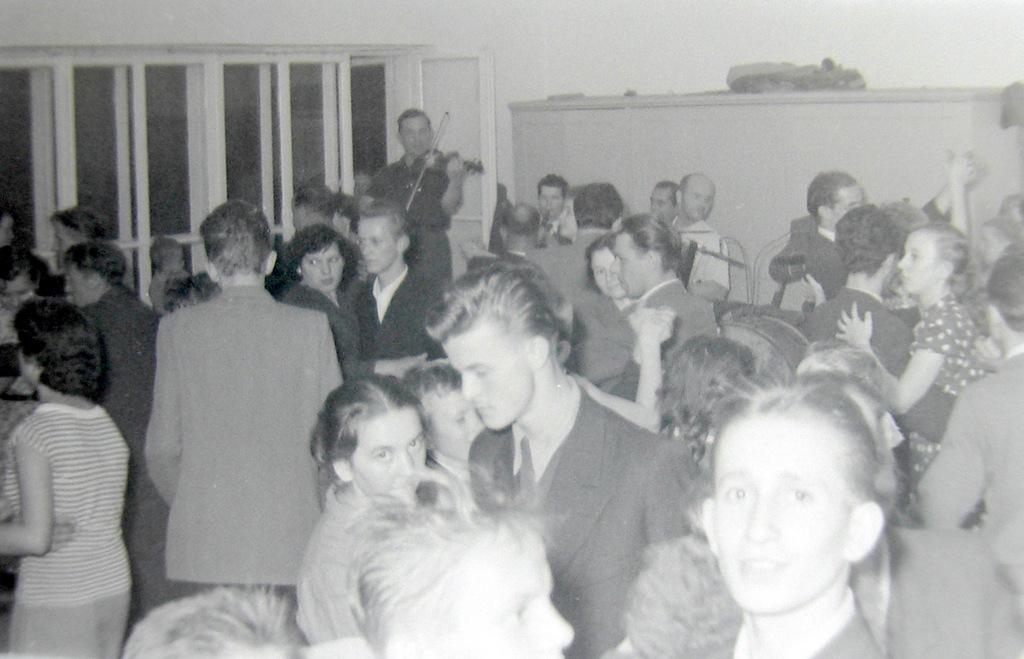 5. Zespół muzyczny i zabawa w OFNE, lata 50-te. Fot. Jan Nosowicz.