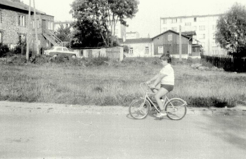 12. Zabudowania przy ulicy Bylicy. Przełom lat 70 i 80. Fot. Ze zbioru rodziny Barczyków.