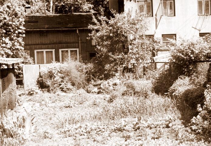 17. Podwórze za byłym domem Maliszewskich przy ul. Sławkowskiej.1993 rok. Fot. Ze zbiorów Ryszarda Maliszewskiego.