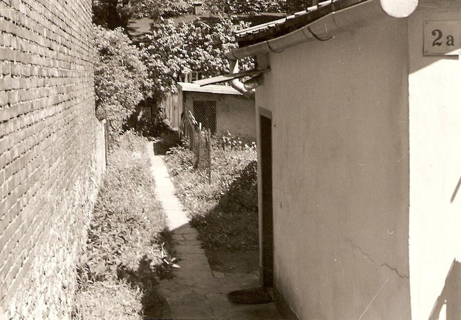 18. Wejście na podwórze byłego domu  Maliszewskich przy ul. Sławkowskiej.1993 rok. Fot. Ze zbiorów Ryszarda Maliszewskiego.