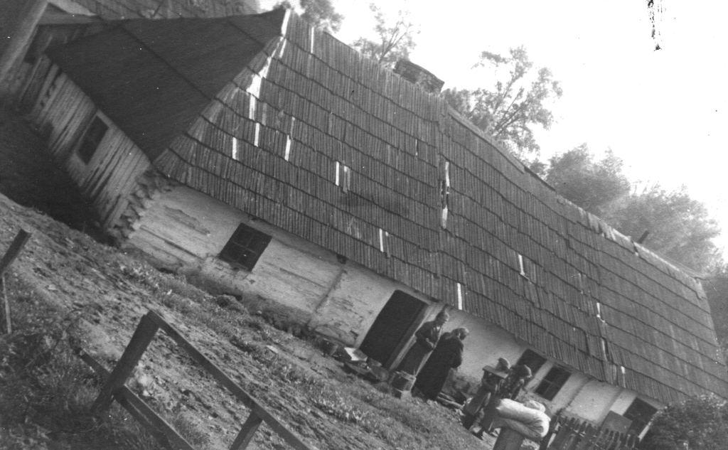 32. Niezidentyfikowany dom pod Olkuszem. Fot. Z archiwum Muzeum Regionalnego PTTK w Olkuszu.