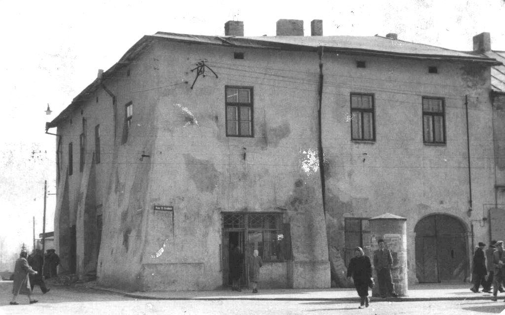 41. Budynek Batorówki przy Rynku (jeszcze bez współcześnie nam znanego dachu). Fot. Z archiwum Muzeum Regionalnego PTTK w Olkuszu.