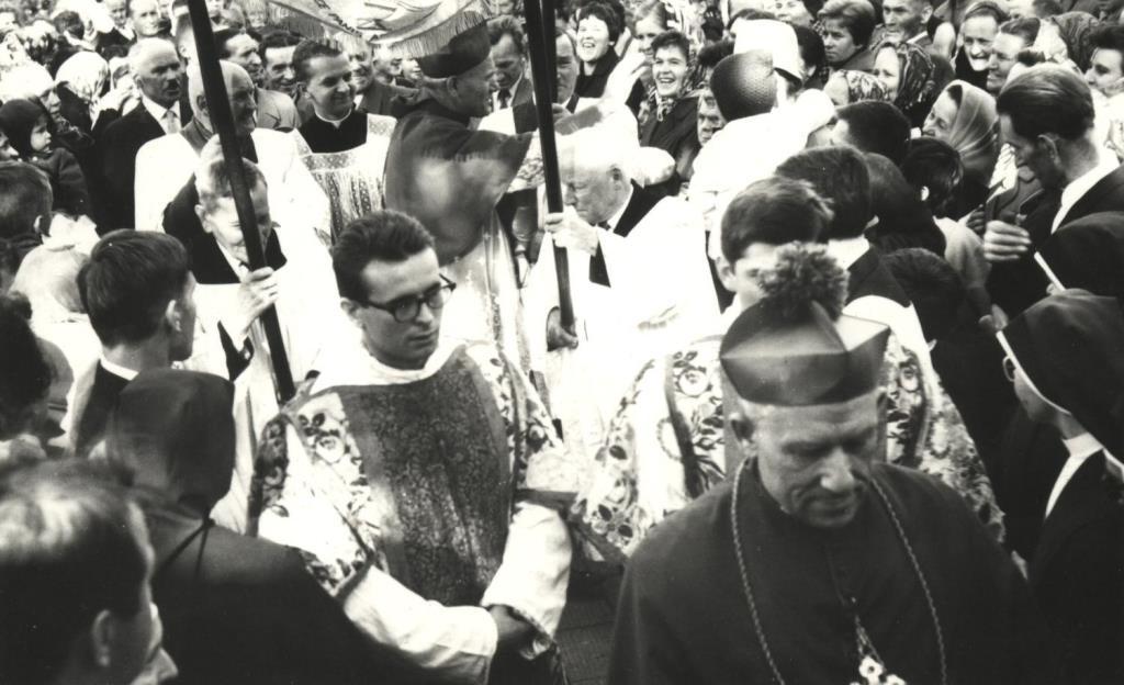 6. Metropolita krakowski kardynał Karol Wojtyła przed olkuskim kościołem pw. św. Andrzeja Apostoła podczas uroczystości 200-lecia ogłoszenia Jana Kantego świętym. Olkusz 22.10 1967 r. Fot. Ze zbiorów Parafii św. Andrzeja Apostoła w Olkuszu.