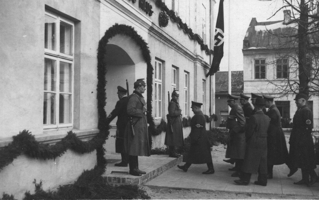 10. Niemieccy funkcjonariusze wchodzący do Deutsches Haus (budynek obecnego magistratu). Fot. Z archiwum Muzeum Regionalnego PTTK w Olkuszu.