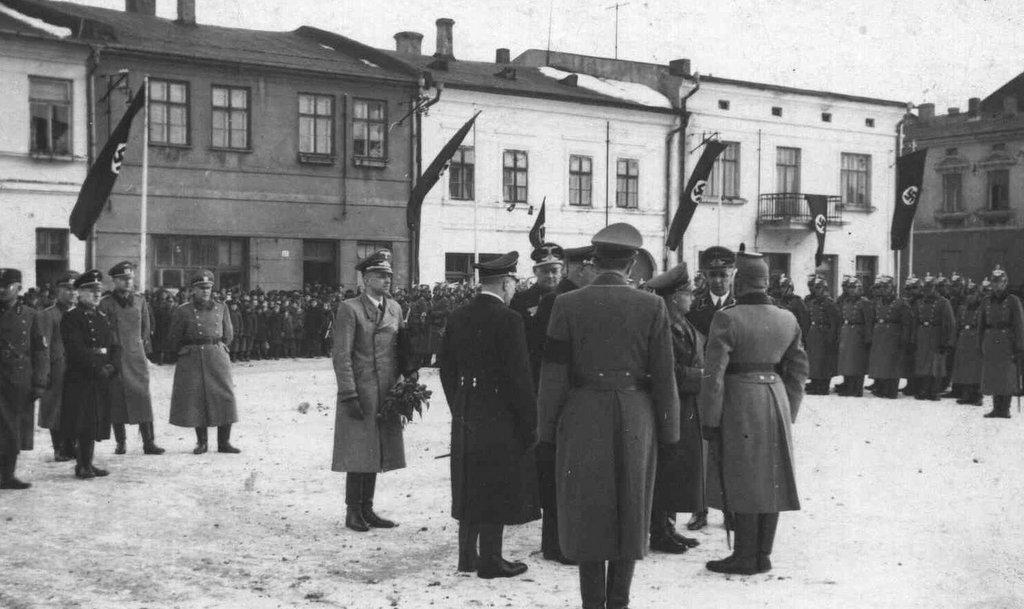 11. Nazistowska uroczystość na olkuskim rynku w okresie okupacji. Fot. Z archiwum Muzeum Regionalnego PTTK w Olkuszu.